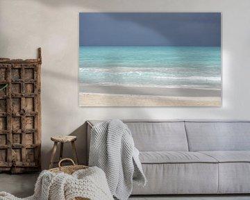 Turquoise zee en grijze lucht in de Caraïben, voor de storm   Zomer Reisfotografie van Carolina Reina