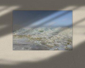 Kruiend ijs op het strand op Urk van Johan Kalthof