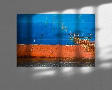 De scheepsromp met al haar verhalen in de haven. van scheepskijkerhavenfotografie