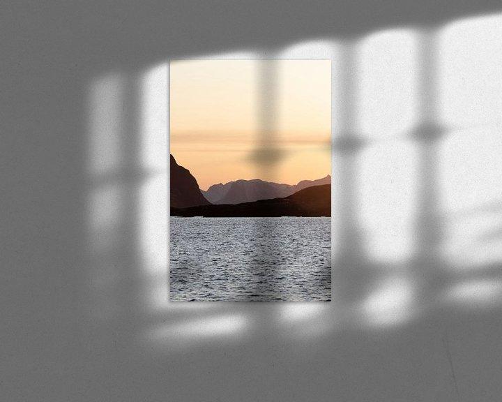 Sfeerimpressie: Berglandschap bij zonsondergang in Lofoten | Natuurfotografie fjord Noorwegen van Dylan gaat naar buiten