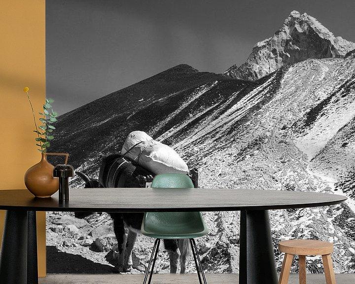 Sfeerimpressie behang: Himalaya Nepal Zwart-Wit van Ton Tolboom