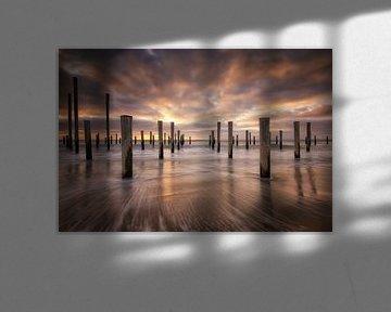 Zonsondergang op het strand bij Petten. Mooie wolkenluchten trekken voorbij met de koude noorden win van Bas Meelker