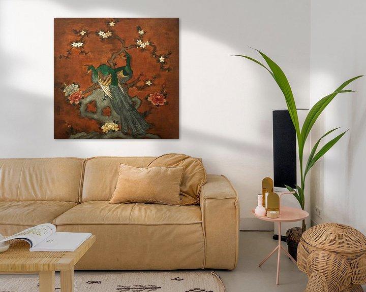 Sfeerimpressie: Schilderij voorstelling met pauwen geschilderd op leer van Liesbeth Govers voor omdewest.com
