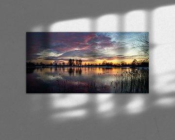 Spiegelende zonsondergang van Helga van de Kar