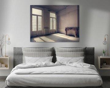 Zimmer mit hohen Fenstern in Villa in Belgien von Art By Dominic