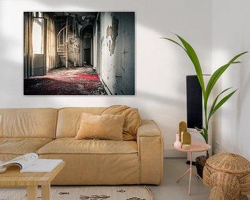Roter Teppich und Wendeltreppe in baufälliger Villa von Art By Dominic
