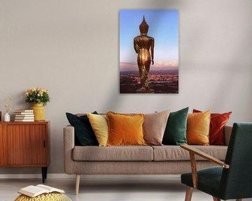 Gouden gloed op Walking Buddha Thailand van Simone Zomerdijk