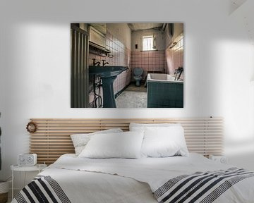 Kleines Badezimmer in einem verfallenen Bauernhaus von Art By Dominic