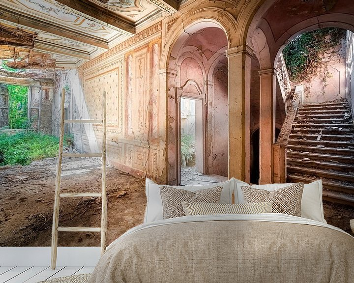 Sfeerimpressie behang: Verlaten Villa in Hevig Verval. van Roman Robroek