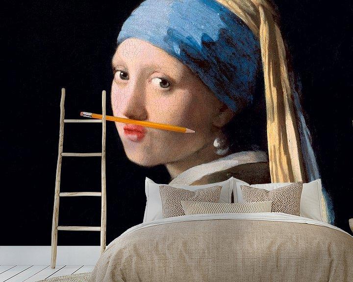 Impression: Fille avec une boucle d'oreille en perle avec un crayon sous le nez sur Maarten Knops