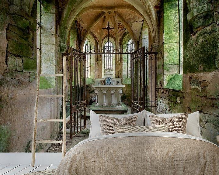Sfeerimpressie behang: Altaar in een verlaten kapel van Vivian Teuns
