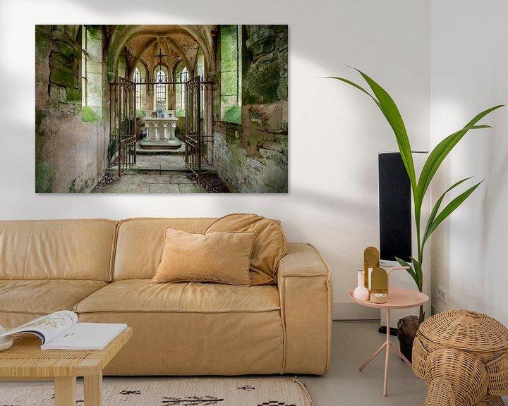 Sfeerimpressie: Altaar in een verlaten kapel van Vivian Teuns