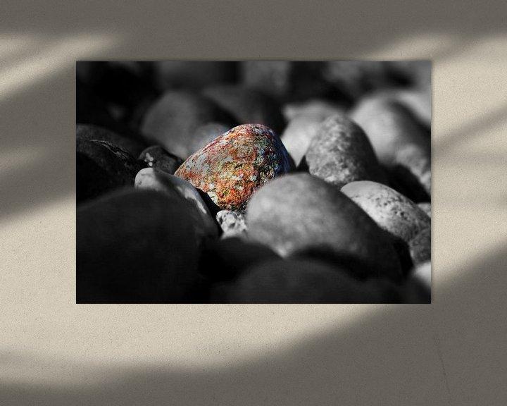 Beispiel: Ein bunter Stein unter monochromen Steinen von Frank Herrmann