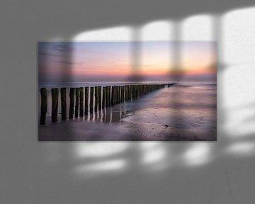 Paalhoofden Cadzand-Bad tijdens zonsondergang. van Ellen Driesse