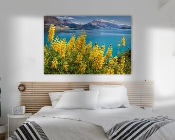 Gele lupinen bij Lake Wakatipu, Nieuw Zeeland van Christian Müringer