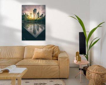 Reflectie van de skyline van Frankfurt op een wateroppervlak van Fotos by Jan Wehnert