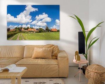 Mooie wolkenlucht boven het dorpje Niehove in Groningen van Marc Venema