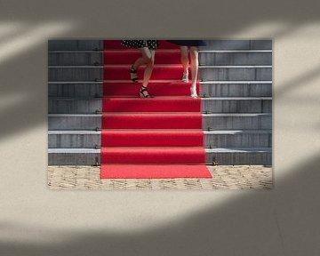 Zwei junge Frauen auf einem roten Teppich von Peter de Kievith Fotografie