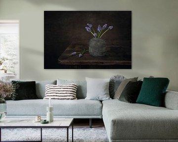 Modern stilleven met blauwe druifjes van Silvia Thiel