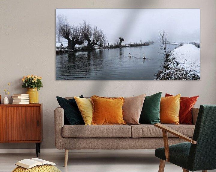 Impression: Des cygnes nageant dans le froid sur le Kromme Rijn par un jour de neige et de brouillard. sur Arthur Puls Photography