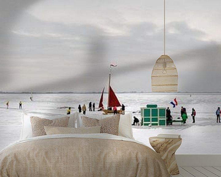 Sfeerimpressie behang: Oud-Hollands wintertafereel met schaatsers, koek en zopie en ijszeilers op de Gouwzee van Lex van den Bosch