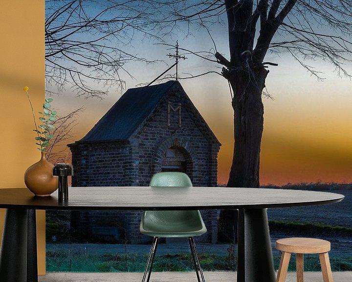 Sfeerimpressie behang: kapel midden in het weiland tijdens een kleurijke zonsondergang van Kim Willems