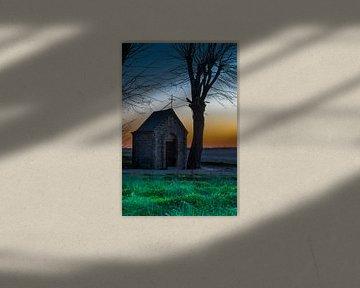 kapel midden in het weiland tijdens een kleurijke zonsondergang van Kim Willems