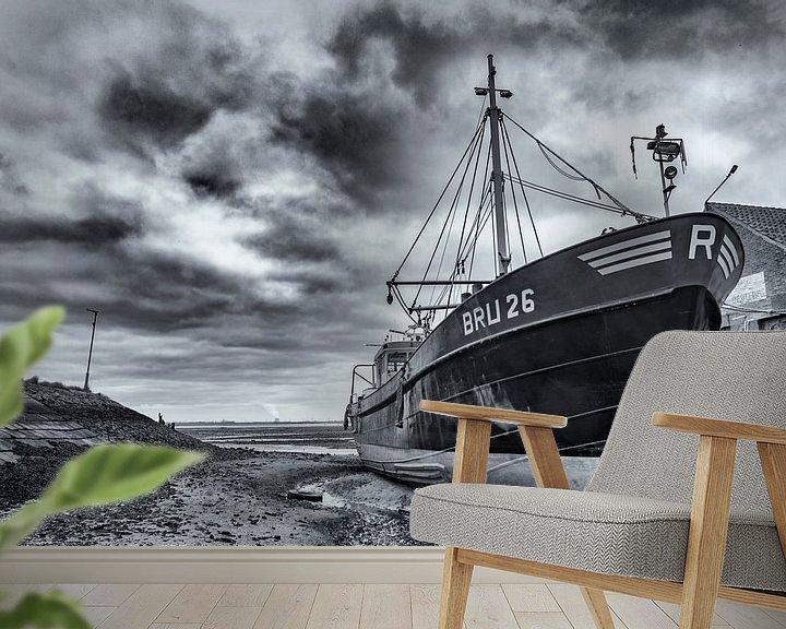 Sfeerimpressie behang: Drooggevallen ship in de haven van Yerseke van Ton de Koning