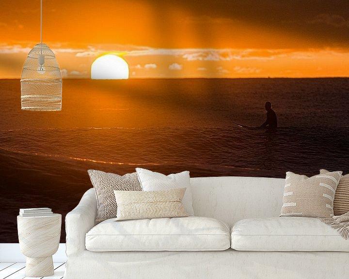 Sfeerimpressie behang: Surfen bij zonsopkomst van Jim De Sitter