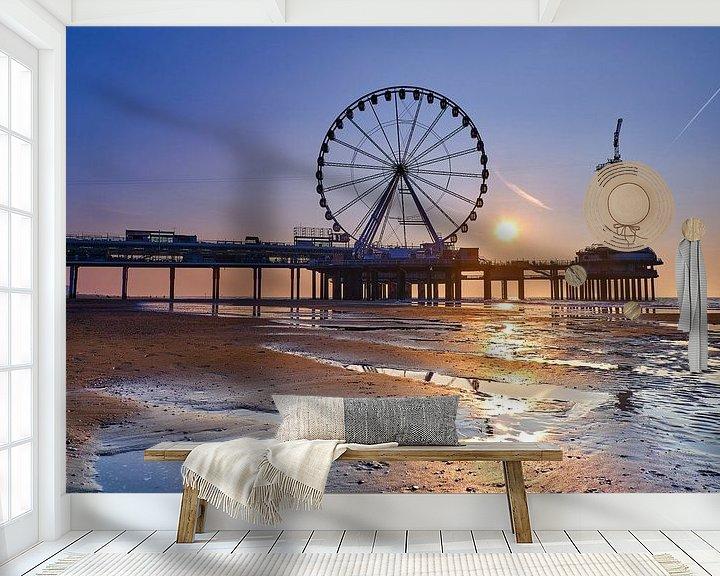 Sfeerimpressie behang: Scheveningse pier bij zonsondergang  van Bastiaan Vogel