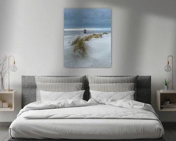Terschellinger drenkenlingenhuisje aan de Noordzee vanaf het strand met duinen