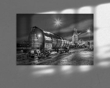 Nachtszene mit trainwagon und Industrie auf Hintergrund, Antwerpen von Tony Vingerhoets