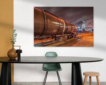 Van de nacht scène met een treinwagon en olieraffinaderij op de achtergrond, Antwerpen 2 sur Tony Vingerhoets