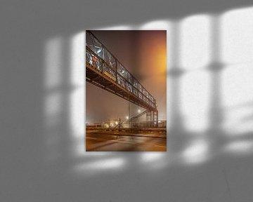 Pipeline-Brücke in der Nacht in der Nähe von einem Silo in Industriegebiet, Antwerpen von Tony Vingerhoets