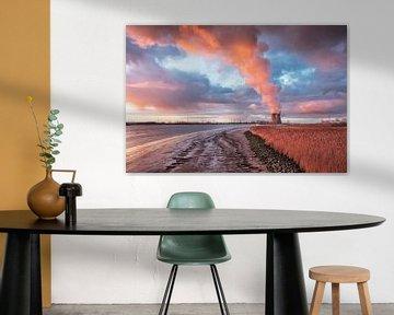 Kai des Flusses Schelde mit erstaunlichen Wolken in der Dämmerung, Antwerpen von Tony Vingerhoets