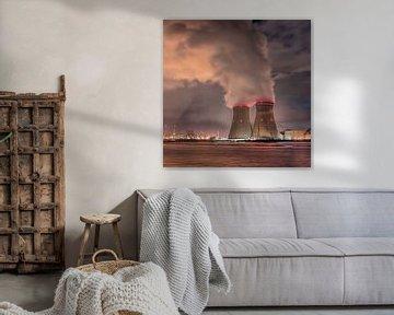 Kerncentrale Doel in de nacht met rookpluimen, Antwerpen van Tony Vingerhoets