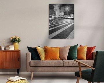 Beleuchtete Straße in der Nacht mit Markierungen und Raffinerie in Antwerpen von Tony Vingerhoets