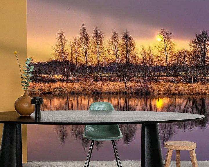 Sfeerimpressie behang: Dageraad met blauwe lucht en bosrand uiting in een lake_1 van Tony Vingerhoets