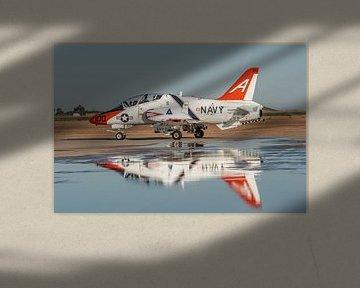 Amerikaanse T-45 Goshawk op NAF El Centro taxiet naar de baan voor take-off. van Jaap van den Berg
