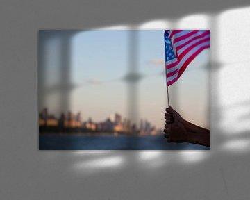 Amerikaanse vlag zwaait boven de Hudson rivier op 4th of July, Manhattan, New York Stad, Amerika van WorldWidePhotoWeb