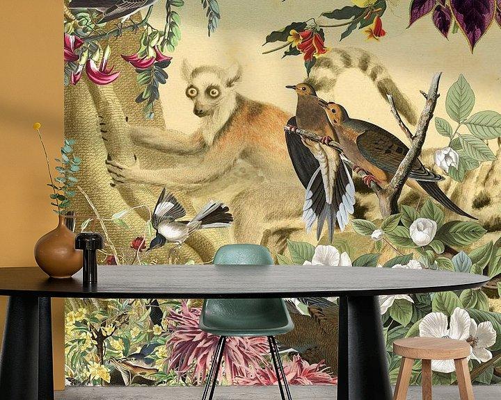 Beispiel fototapete: Ringelschwanz-Lemur hinter Vögeln und Blumen von Jadzia Klimkiewicz