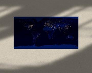 Wereldkaart in zwart, blauw en licht van Atelier Liesjes