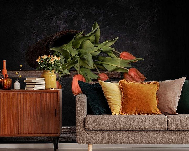 Sfeerimpressie behang: oranje gevallen tulpen van Peter Abbes