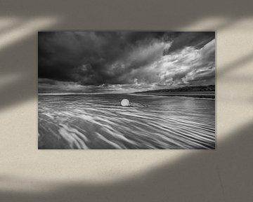 Een boei in de ruige zee langs de kust van Zeeland! van Peter Haastrecht, van