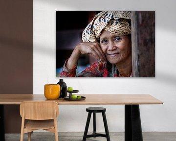 Oude vrouw Kampong Indonesië van Tom Oosthout