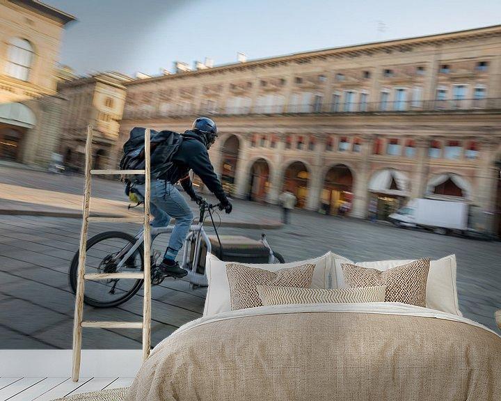 Sfeerimpressie behang: Bezorger op de fiets op Piazzo Maggiore met grote haast van Joost Adriaanse