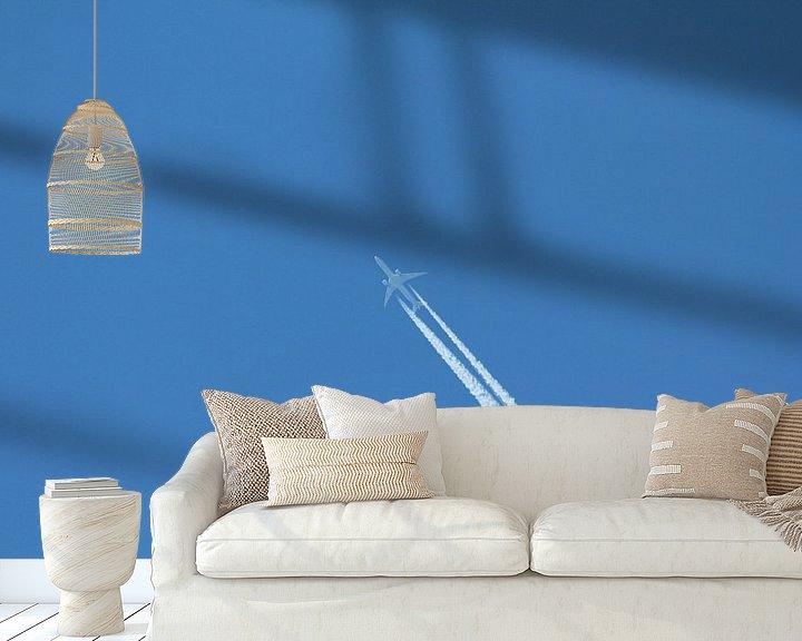 Sfeerimpressie behang: Vliegtuig in de blauwe lucht van Capture the Moment 010