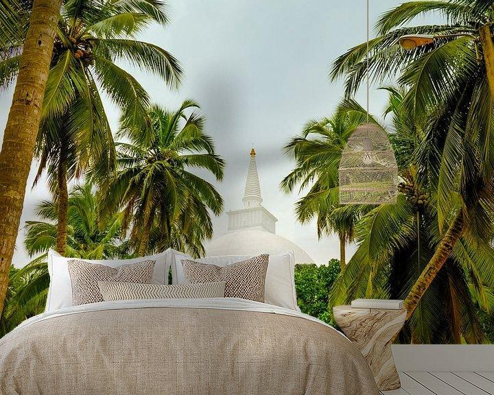 Beispiel fototapete: Blick durch Palmen auf eine Stupa in Sri Lanka von Jille Zuidema