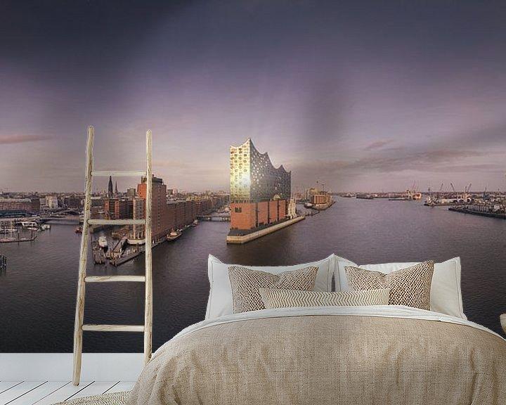 Sfeerimpressie behang: Panorama van de skyline van Hamburg met weerspiegeling van Jonas Weinitschke