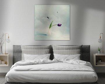 Oben in den Wolken mit einer lila Tulpe von Mariska Vereijken